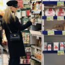 Michelle Hunziker – Shopping at the supermarket in Milan - 454 x 606