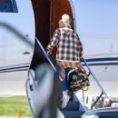 Gwen Stefani – Packs up the jet for a get away in Los Angeles - 454 x 427