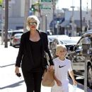 Gwen Stefani strolls through Beverly Hills with her son, Kingston Rossdale - 379 x 594
