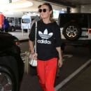 Brie Larson – Arrives at LAX Airport in Los Angeles - 454 x 681