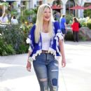 Tori Spelling – Heads to a movie solo in Los Angeles
