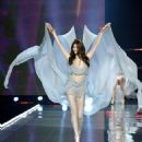 Sui He – 2017 Victoria's Secret Fashion Show Runway in Shanghai - 454 x 568