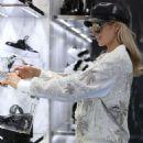 Paris Hilton – Out in Milan - 454 x 559