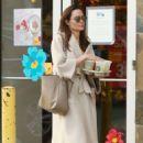 Angelina Jolie – Shopping in Studio City - 454 x 681