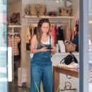 Jennifer Meyer in jeans shopping in Los Angeles - 454 x 605