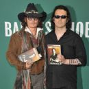 Damien Echols In Discussion With Johnny Depp - 439 x 594