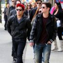 Logan Henderson, Kendall Schmidt, and Carlos Pena stepped out for lunch yesterday, October 9, in Vancouver. The boys are in Vancouver to film their TV movie.  Carlos brought along his girlfriend, Sammy Droke. No idea where James Maslow is but it looks lik