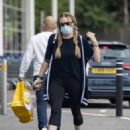 Rita Simons – Wearing mask while running errands without her wedding ring