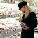 Michelle Hunziker – Shopping at the supermarket in Milan - 454 x 566