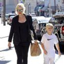 Gwen Stefani strolls through Beverly Hills with her son, Kingston Rossdale - 397 x 594