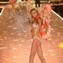Stella Maxwell – 2018 Victoria's Secret Fashion Show Runway in NY