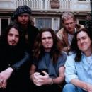 Singles (1992) On Set - Front Row – From left to right, Chris Cornell – Soundgarden, Matt Dillon, Cameron Crowe. Back Row – From left to right, Jeff Ament (Pearl Jam) and Layne Staley (Alice in Chains). - 454 x 303