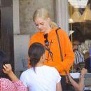 Samara Weaving – Having lunch with friends in LA - 454 x 681