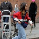Malia Ann Obama hangs out in the SoHo neighborhood in New York City, New York on March 26, 2017 - 420 x 600