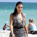 Kim Kardashian: take a stroll along the beach in Miami