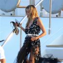 Heidi Klum on a yacht in Sardinia - 454 x 681