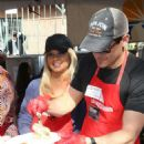 Donna D'Errico – Los Angeles Mission Thanksgiving Meal for the Homeless - 454 x 662