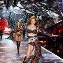 Alexina Graham – 2018 Victoria's Secret Fashion Show Runway in NY - 454 x 639