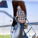 Gwen Stefani – Packs up the jet for a get away in Los Angeles - 454 x 432