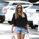 Elizabeth Olsen in Shorts at grocery shopping in Los Angeles - 454 x 727
