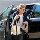 Lori Loughlin – Visits a therapist in Los Angeles - 454 x 681