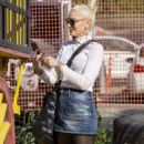 Gwen Stefani at the Pumpkin Patch in Los Angeles - 454 x 805