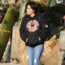 Shannen Doherty–Shopping flowers in Malibu