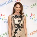 Amanda Righetti attends Zimmer Children's Museum Discovery Award Dinner at Skirball Cultural Center on November 15, 2016 in Los Angeles, California - 400 x 600