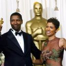 Denzel Washington and Halle Berry At The 74th Annual Academy Awards (2002) - 454 x 322
