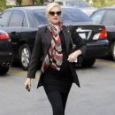 Gwen Stefani hides her growing baby bump under a black blazer while stopping to get Acupuncture in Los Angeles, California on December 18, 2013 - 387 x 594