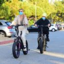 Hailey and Justin Bieber – Riding Electric Bikes in Los Angeles - 454 x 395