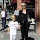 Gwen Stefani strolls through Beverly Hills with her son, Kingston Rossdale - 422 x 594
