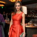 Jessica Alba Checks Out V-Day Cocktails And Conversation