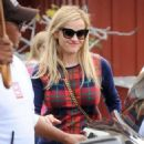 Reese Witherspoon at the Brentwood Country Market with her hubby and their son Tennessee in Brent wood, California on December 10, 2016 - 454 x 593
