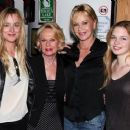 Dakota Johnson, Tippi Hedren, Melanie Griffith, Stella Banderas - 454 x 379