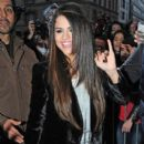 Selena Gomez meets fans outside the hotel Bristol in Paris, France Februaury 17, 2013 - 396 x 594