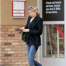 Elizabeth Banks wait for cars after breakfast in Studio City - 454 x 610