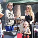 Alicia Silverstone at the farmer's market in Studio City, California on August 28, 2016 - 423 x 600