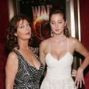 Actresses Susan Sarandon and her daughter Eva Amurri attend - World premiere of 'War Of The Worlds' at the Ziegfeld Theatre on June 23, 2005 - 454 x 676
