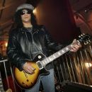 Slash poses with a Gibson Les Paul Slash signature series guitar at the Gibson booth at the Las Vegas Convention Center during the 2007 International Consumer Electronics Show January 10, 2007 in Las Vegas, Nevada - 454 x 373