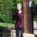 Amber Heard – Get a box from a moving truck in L.A
