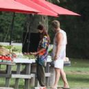Emily Ratajkowski – Out for fruit and vegetables in The Hamptons
