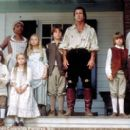 In the Columbia Pictures presentation The Patriot (2000), the Martin family - (from left to right) William (Logan Lerman), servant Abigale (Beatrice Bush), Susan (Skye McCole Bartusiak), Margaret (Mika Boorem), Nathan (Trevor Morgan), Benjamin (Mel Gibson - 400 x 266