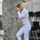 Kate Hudson – Spotted on her morning out in Brentwood