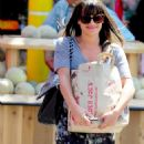 Lea Michele: Goes grocery shopping