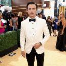 Milo Ventimiglia : 70th Emmy Awards - 400 x 600
