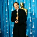 Robin Williams At The 70th Annual Academy Awards (1998) - Press Room - 320 x 491