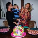Adriane Galisteu and family at her 42nd birthday party - 454 x 303