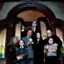 Christopher Lloyd, Carel Struycken, Raul Julia, Anjelica Huston, Christina Ricci, Jimmy Workman, Judith Malina in The Addams Family (1991) - 211 x 307