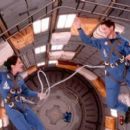 Maggie and Jim McConnell (Kim Delaney and Gary Sinise) in anti-gravity training in Touchstone's Mission To Mars - 2000 - 400 x 266
